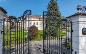 Barock-Landhof Burkhardt, Oesterreich, Torbogen, Herrenhaus